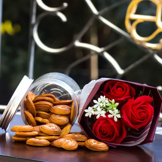 Cookies in a Jar with Artificial Bouquet